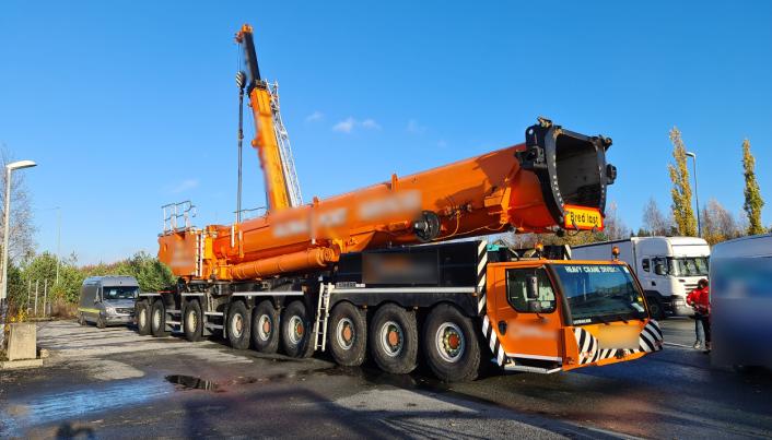 De skotske arbeiderne fortalte AT.no at i Skottland er det tillatt med 100 tonn på hovedveiene for denne mobilkrana, en Liebherr LTM 1750. Det betyr at den kan kjøres med alle leddene i teleskopbommen på plass der til lands. I Norge derimot er det 72 tonn som er maks. Da blir det for tungt selv med de indre leddene tatt ut.