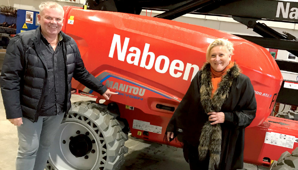 Forretningsutvikler Jone Ølberg og konsernleder i Naboen AS, Nina Aasland, ved en av sine nye Oxygen-merkede Manitou 200 ATJe.