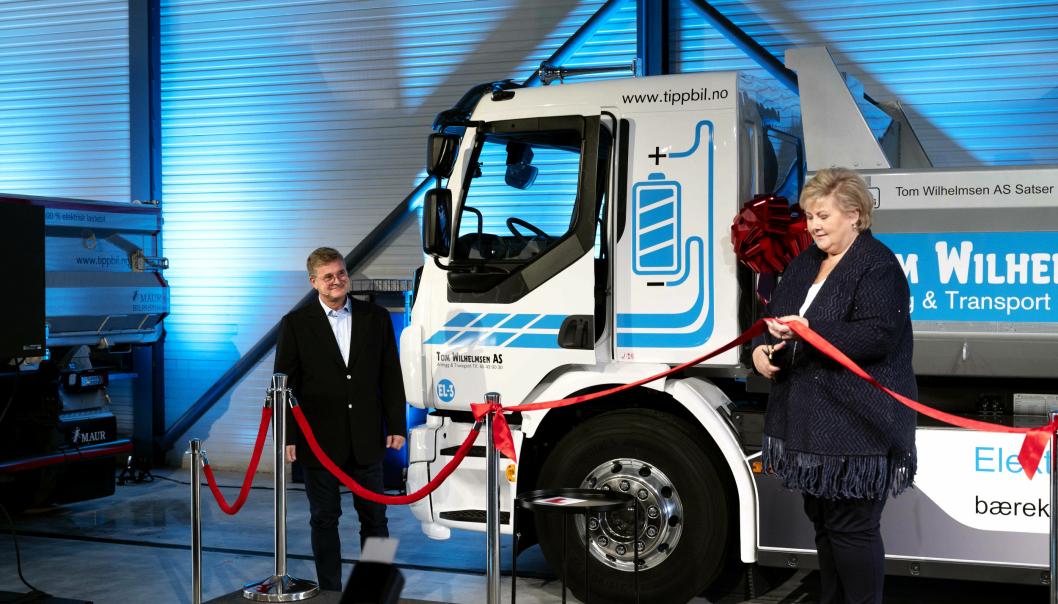 DÅP: Det er ikke dagligdags verken at lastebiler døpes eller at det er statsministeren som gjør det. Erna Solberg og Tom Wilhelmsen hadde begge brede smil under arrangementet.