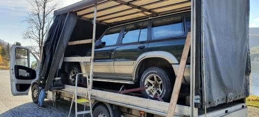 Varebil med bil på planet - og varebil med modifisert hjuloppheng