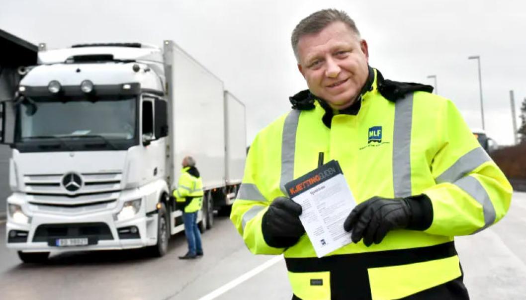 1. november trer nye dekkregler i kraft for tungbiler. NLFs Geir A. Mo er her ute på kontrollstasjonen for å orientere yrkessjåførene. (Arkivfoto: Stein Inge Stølen, NLF)