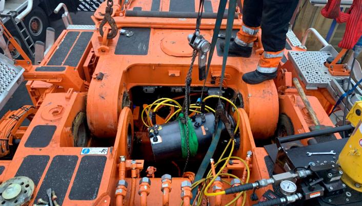 Det ble brukt 400 tonns hydraulisk press for å løsne boltene bak.