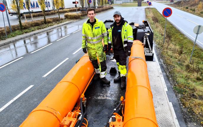 Det er god størrelse på hydraulikksylindrene på Liebherr LTM 1750. Johan (t.v.) og Mattis poserer for å vise hvor store sylindrene faktisk er.