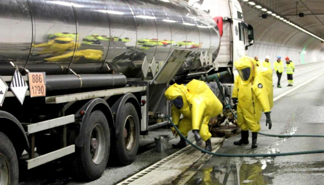 Spesialdrakter må til når man skal håndtere kjemikalier. Brannmenn i aksjon i tunnelen Vågsbygdporten natt til 5. november 2020.