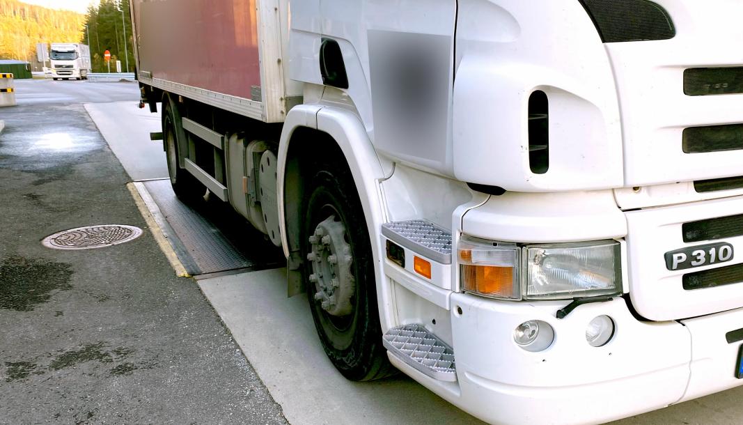 Sjåføren på denne lastebilen hadde førerkort klasse B, og måtte ringe en som kunne komme og kjøre den videre fra kontrollen.