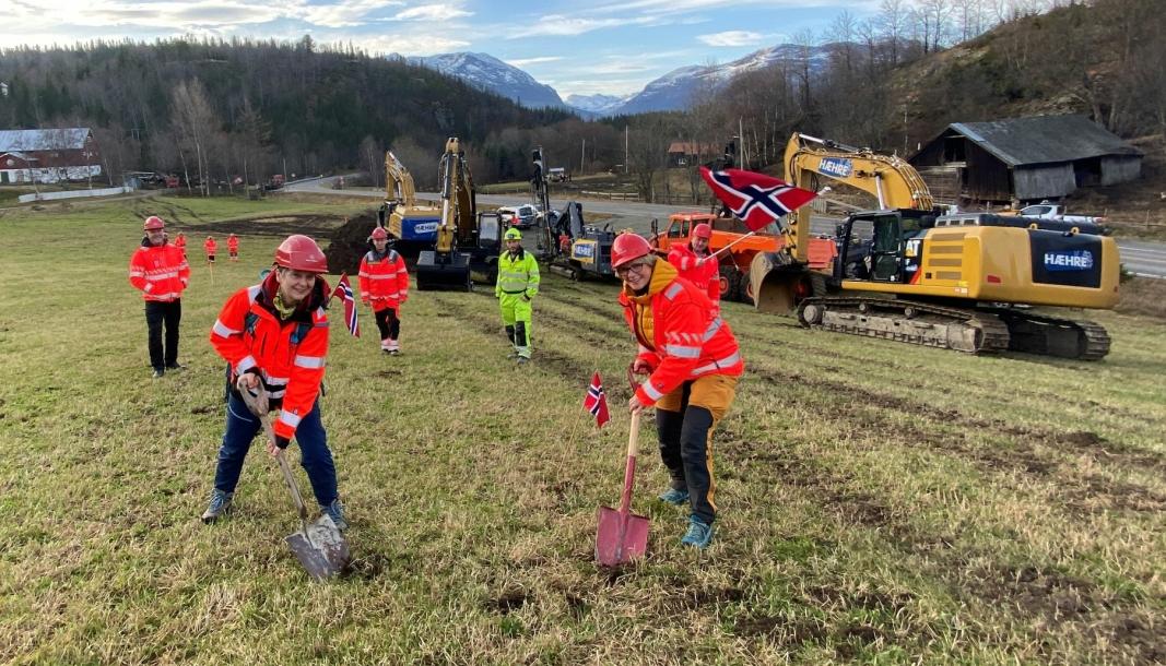 Bjørg Olimb (t.v.) og Tone Lajord i aksjonsgruppa for ny vei ved Kvamskleiva, fikk æren av å ta de første spadetakene på prosjektet 9. november 2020.