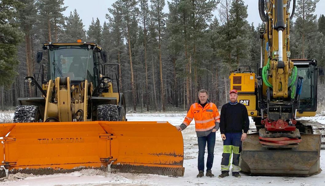 Daglig leder Trond Bjørkeng (t.v.) og maskinfører Tomas Rostad i Bjørkeng Anleggsdrift ved de ombygde maskinene.