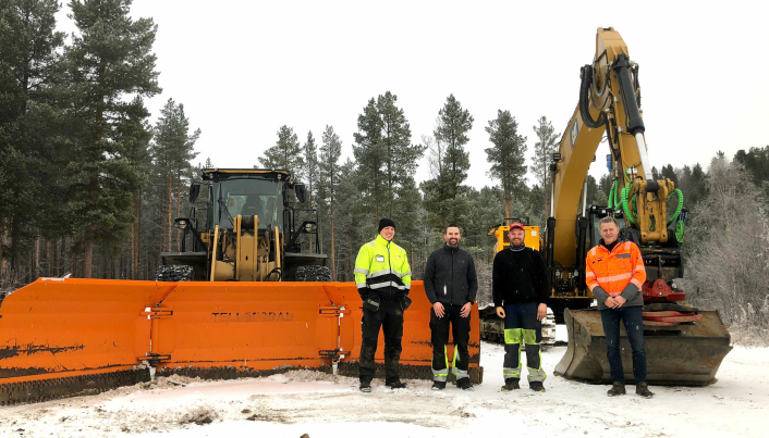 På bildet fra venstre: Bjørn Staabo Eeg og Håkon Lonkemoen fra Pon Equipments produktutviklingsavdeling, og Tomas Rostad og Trond Bjørkeng i Bjørkeng Anleggsdrift.