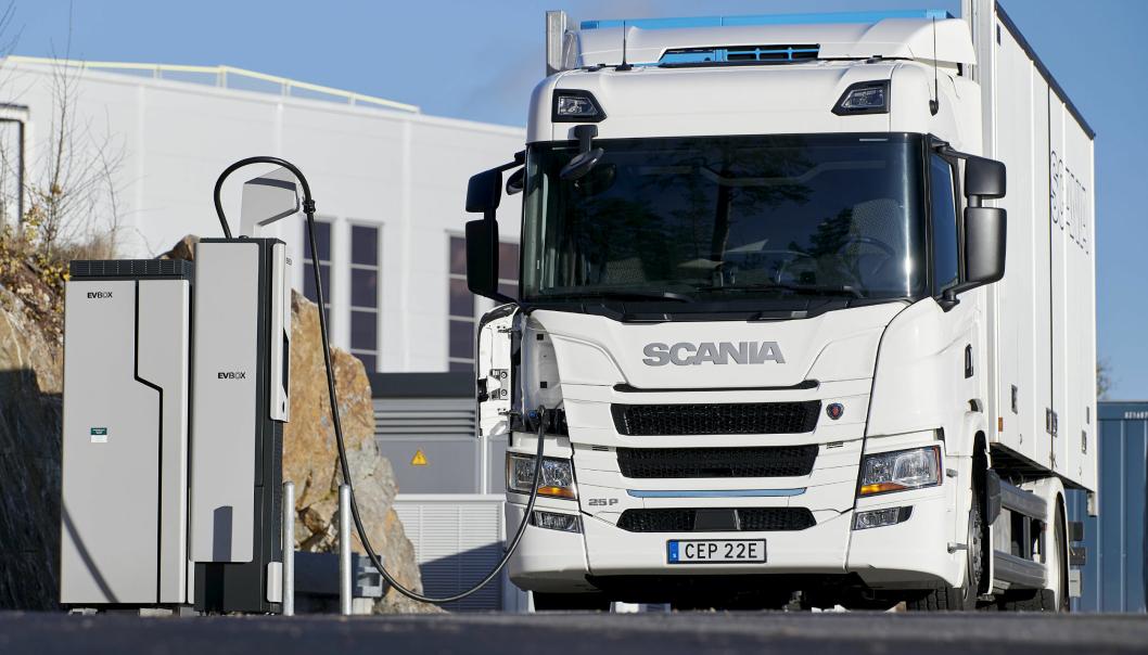 Her er en Scania 25P til lading ved en EVBox.