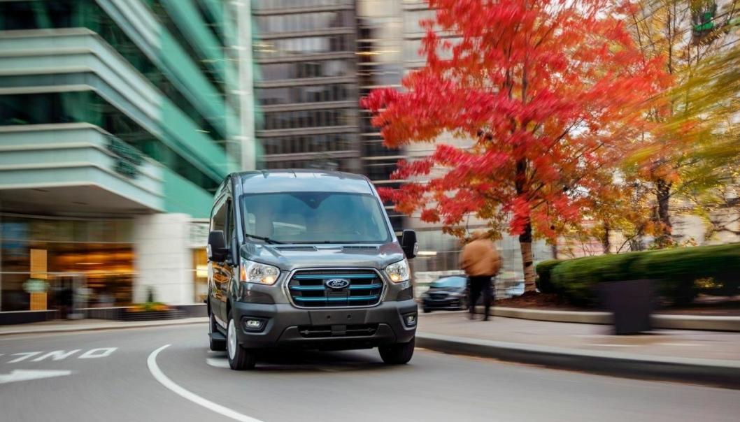 Bildet er av den amerikanske versjonen av den elektriske Ford Transit-en. Den kan muligens få et litt annet utseende i Europa.