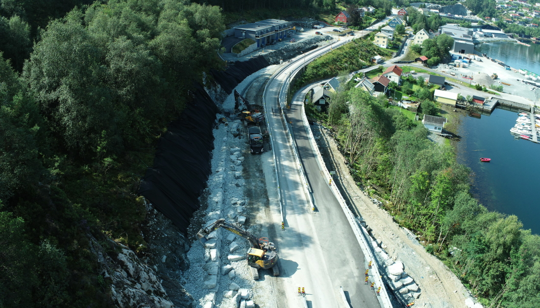 Bilde fra anleggsarbeid i regi av Contexo i august på fylkesvei 614 Breivik-Svelgen i Vestland.
