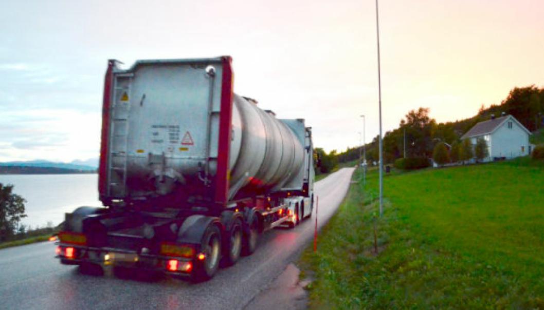 Dagens E39 Lønset-Hjelset er smal, og deler av strekningen er uten gul midtlinje. Det er ventet at det nye sykehuset for Nordmøre og Romsdal vil føre til en økning i trafikken på vegen, som i dag er på 5-6000 kjøretøy i døgnet (ÅDT). Ca. 14 prosent er kjøretøy med lengde over 5,5 meter.