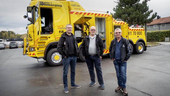 Frank Sebulonsen (t.v.) ville ha en bergingsbil med 8x8. Det kunne Geir Helge Hansebråten og Lasse Englund i Bil & Trucksenter Valdres sammen med Scania hjelpe ham med.