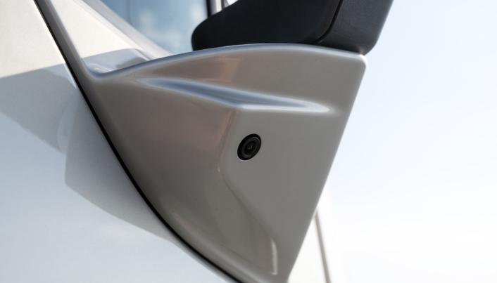NYTT KAMERA: Det nye hjørnekameraet sitter i foten til speilet på passasjersiden og gir deg oversikt over hele blindsonen på passasjersiden. Det blir standard nå på Volvo FM, FMX, FH og FH16.