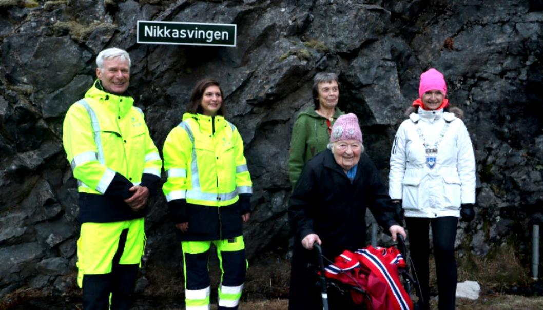 Fylkesveisjef Ole Jan Tønnesen (bak fra, leder for veiprosjektseksjonen Gitte Beiermann, leder for samferdselsutvalget Kristin Sørheim og fylkesordfører Tove-Lise Torve var alle med på å hedre Nikka (foran) og de andre anleggskokkene i Trollstigen.