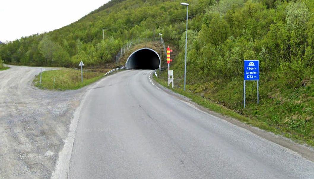 Fv. 866 Kågentunnelen. Grusveien til venstre er omkjøringsvei når tunnelen er stengt.