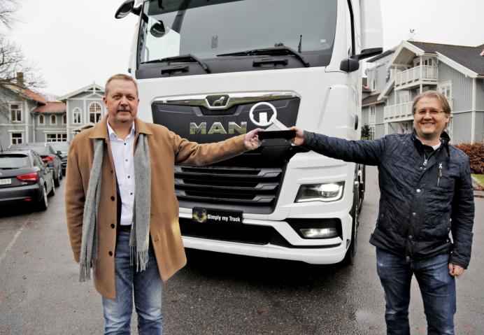 Normalt skulle kåringen av Truck of the Year 2021 skjedd under IAA i september, men grunnet Cocid-19 ble IAA avlyst og kåringen utsatt noen måneder. Lars Sand, salgsdirektør i MAN Norge fikk minitrofeet av det norske jurymedlemmet Torbjørn Eriksen i AT.no.