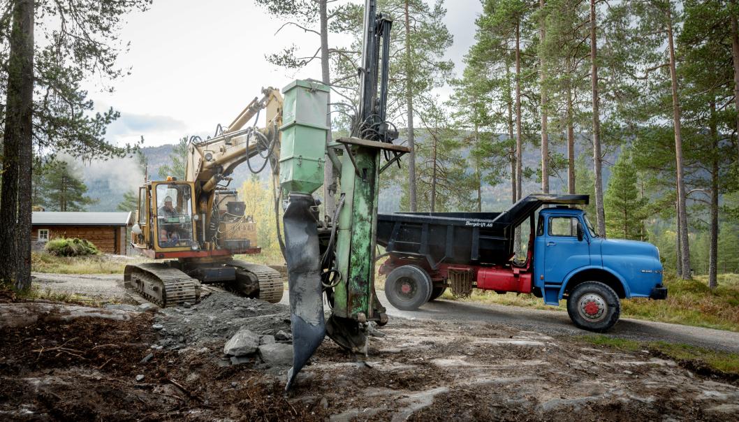 TEAM: Per Hatledal vil ikke bytte bort verken Brøyt-en eller MAN lastebilen. Selv om utstyret er gammelt, gjør det jobben.