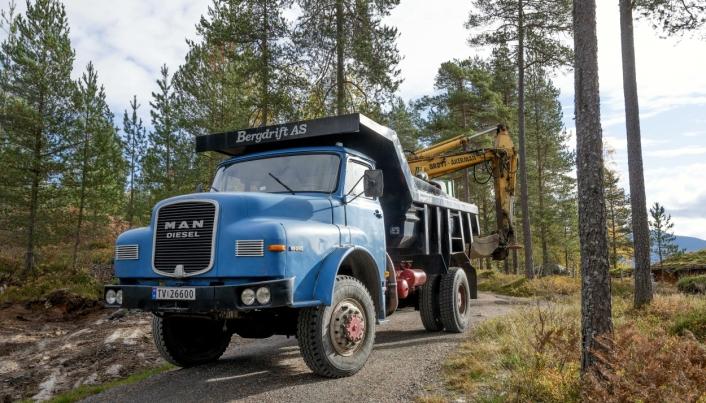 VETERAN: MAN 16.240 lastebilen fra 1975 har firehjulstrekk, lavserie og sperre. Det gir en enorm fremkommelig.