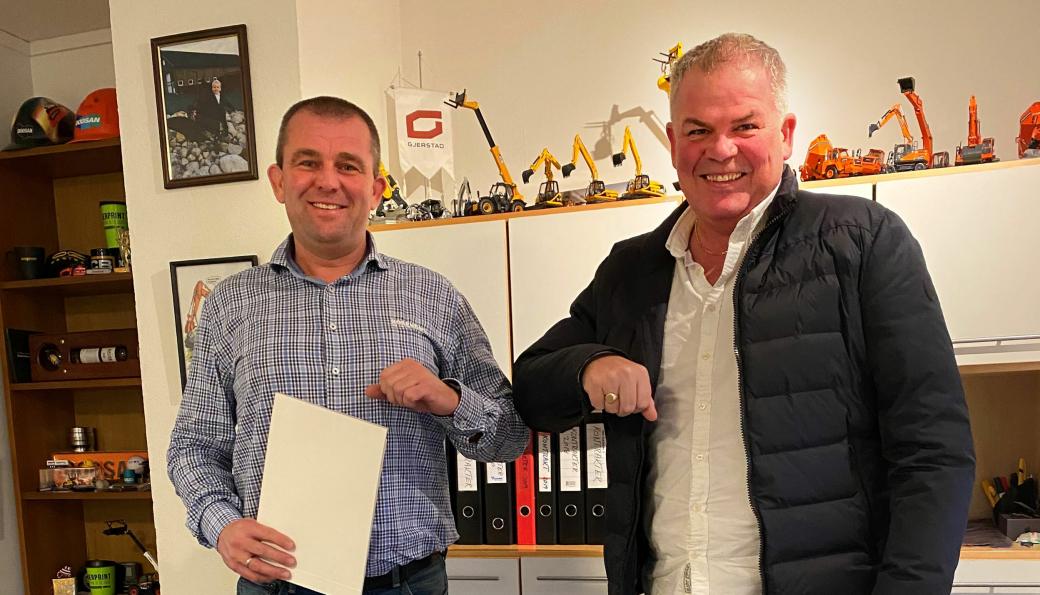 Fra venstre: Tor Eldar Undheim (Rosendal Maskin) og Jone Ølberg (Naboen) signerte innkjøpsavtalen på nye maskiner.