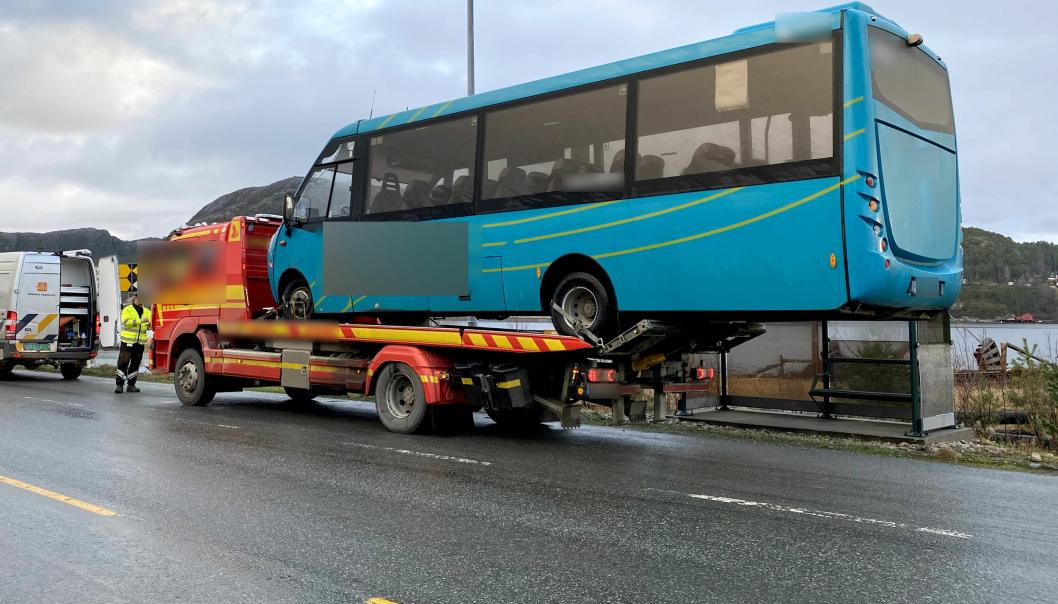 Denne kombinasjonen av bergingsbil og buss ble feil, og bussen måtte losses etter en kontroll av Statens vegvesen på Hitra 26. november 2020. Begge kjøretøyene var norskregistrerte.