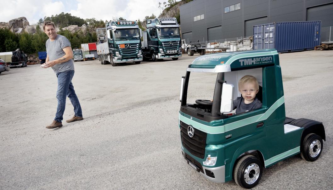 LIKE: Både barnebarnet Alexander (1,5 år) og farfar Thor Magne Hansen har like biler. Selv om det er litt forskjell i størrelsen.