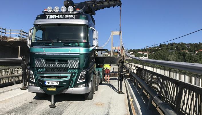 RIVING: TM Hansen har hatt kranbiler med på rivingen av Varoddbrua i hele sommer.