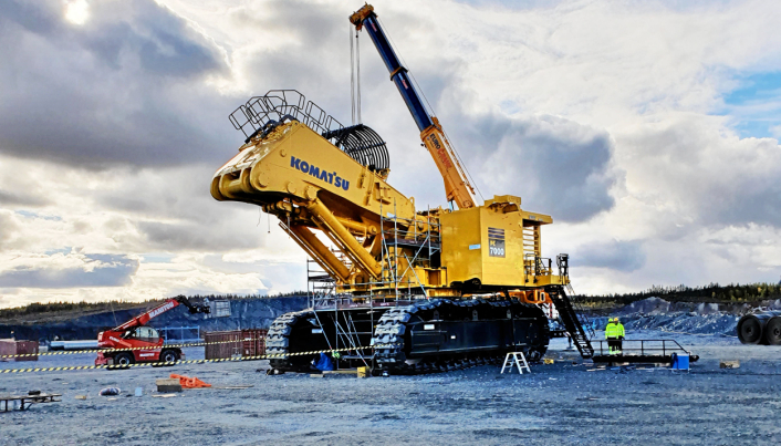 MONTERING: Maskinen måtte selvsagt transporteres til gruva i deler, og monteres sammen på stedet.