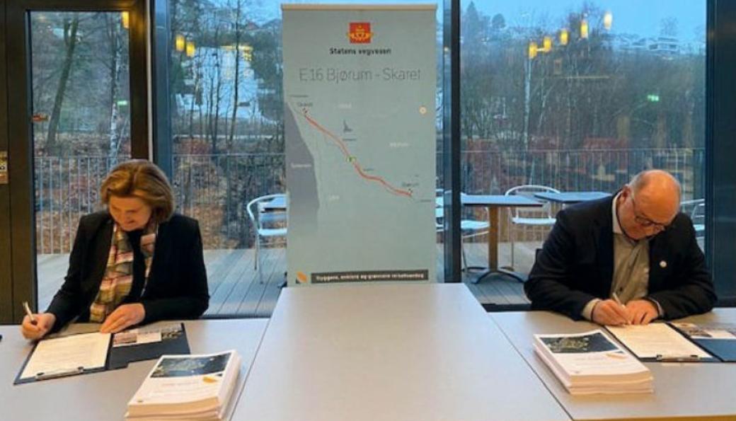 Vegdirektør Ingrid Dahl Hovland og konserndirektør anlegg hos Skanska Norge, Steinar Myhre, signerte kontrakten.