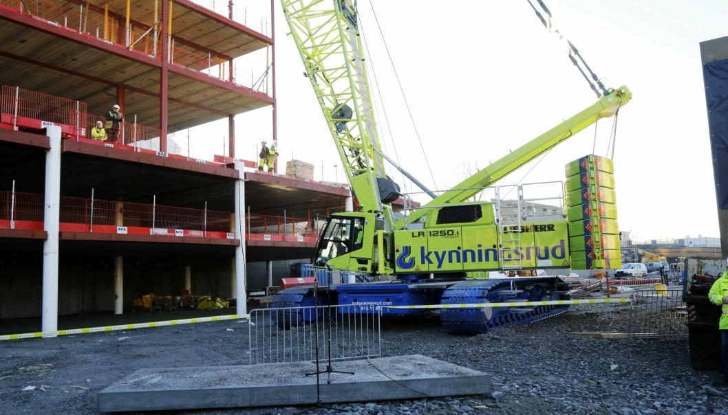 VERDENSNYHET: Det er laget én av den beltegående mobilkranen Liebherr LR 1250 Unplugged, og det er den du ser på dette bildet. Kranen står ved innendørs skianlegget Snø like nord for Oslo.