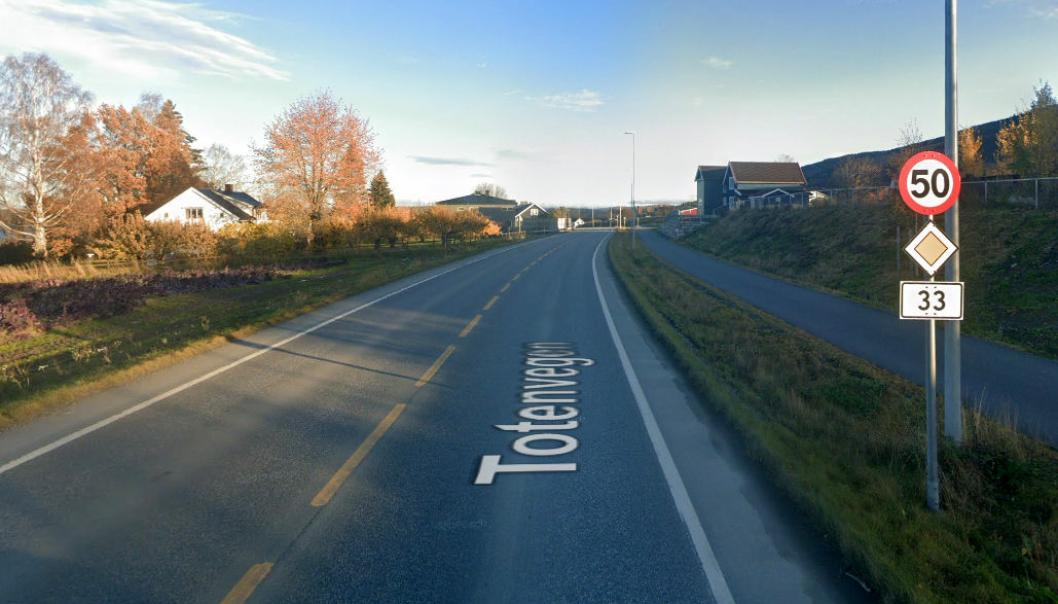 Fylkesvei 33 fra Viken-grensen til Gjøvik er blant veistrekningene Innlandet fylkeskommune ønsker åpnet for modulvogntog. Bildet er fra Totenvika.