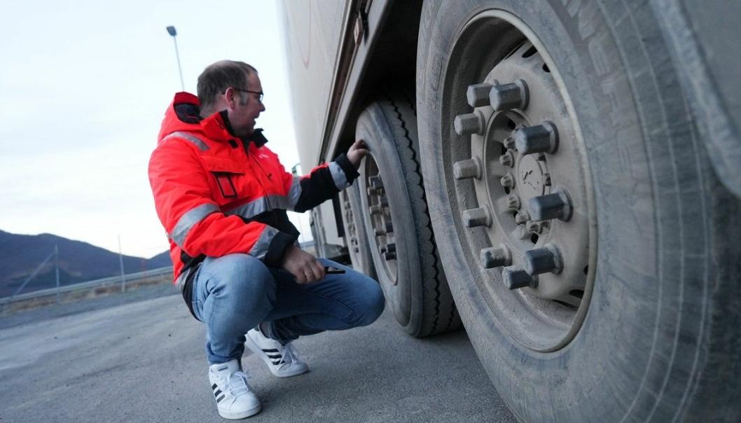 Raymond Møllevold har selv kjørt vogntog i mange år. Nå sjekker og kontrollerer han dekk, blant andre hos Cermaq.