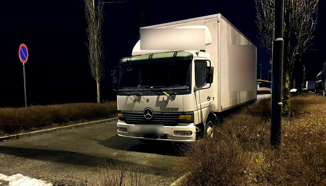 Lastebilen ble parkert på Jessheim trafikkstasjon, da den ikke hadde kjettinger og dekk i orden. Sjåføren manglet også førerrett til lastebilen.
