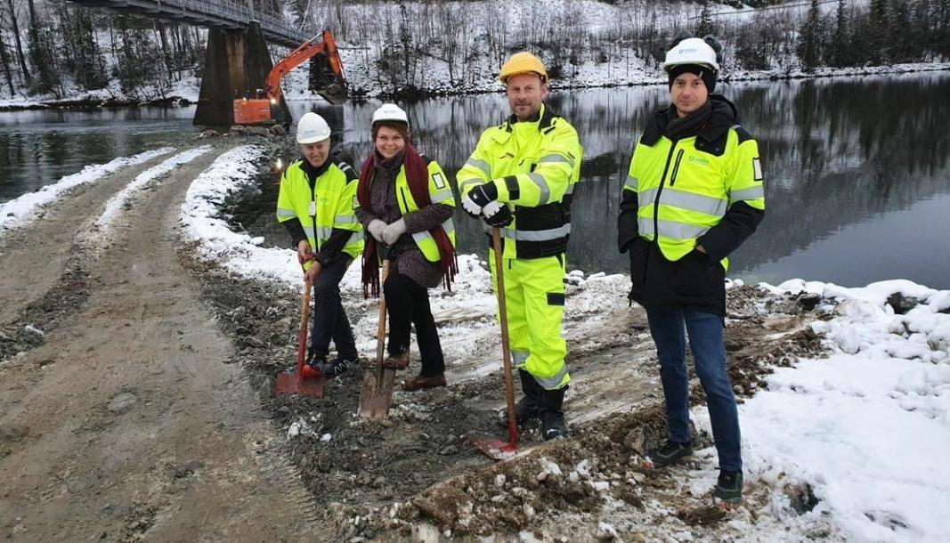 Fra venstre; fylkesråd Olav Skinnes, ordfører Merete Ganderud i Flå kommune, prosjektleder Gylve Fiskum i Implenia og prosjektleder Andreu R. Barrufet i Viken fylkeskommune.