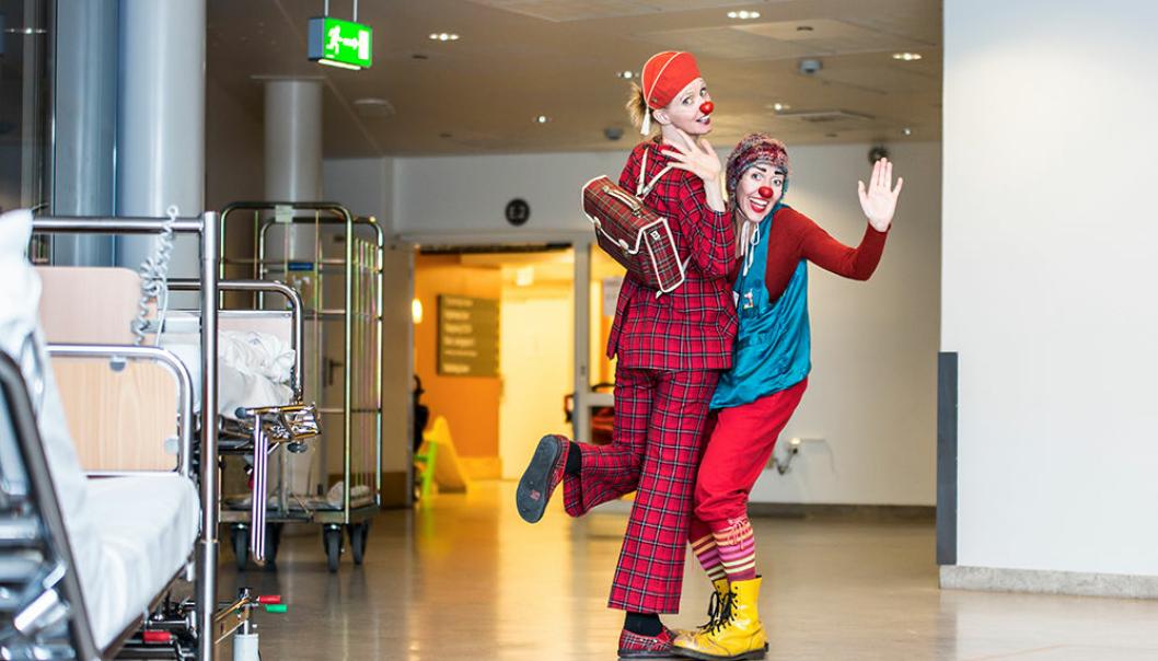 To av de mange klovnene som besøker barn på sykehus og muntrer dem opp.