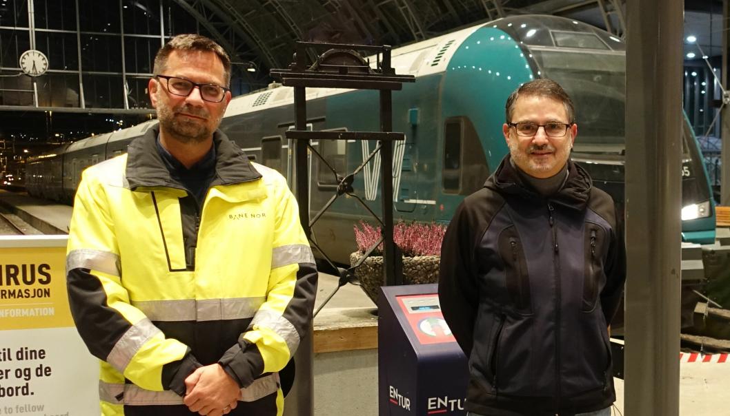 Bane Nor har inngått kontrakt med Azvi om å rehabilitere Ulriken tunnel fra 1964. Fra venstre: Fungerende Prosjektsjef Torbjørn Søderholm i Bane Nor og prosjektleder Francisco Javier Cabeza Lainez i Azvi.