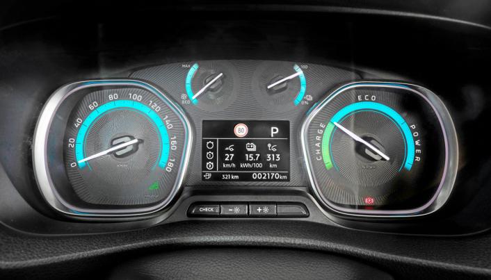 Elektrisk: Det er nesten bare i instrumentpanelet det er mulig å se at det er en elektrisk bil.