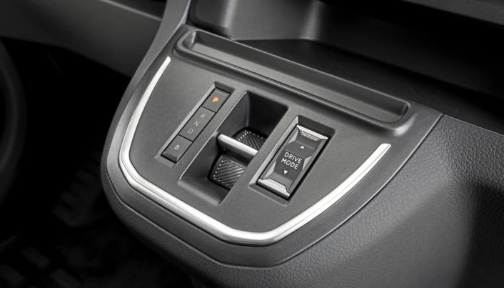 """Modus: """"Girvelger""""skjer via en bryter i midten. P og B knapper for parkering og regenerering. Kjøremodus eco 60% motorkraft, normal 80% motorkraft og power som gir 100% motorkraft."""
