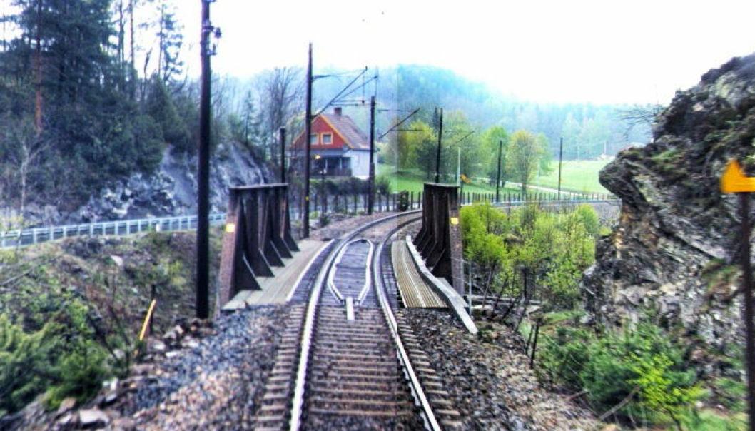 Denne slitne jernbanebrua på Sørlandsbanen skal byttes ut. BMO Entreprenør skal gjøre jobben. Foto: Endr ASA