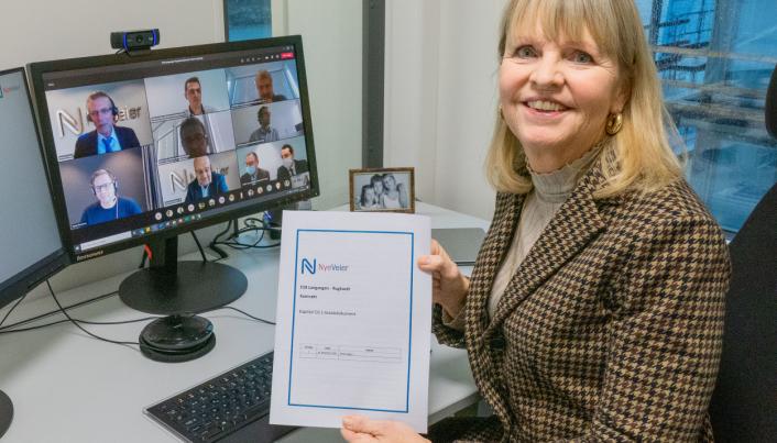 Administrerende direktør i Nye Veier, Anette Aanesland, med ferdig signert kontrakt. Kontraktsmøtet ble holdt på Teams med representanter fra Nye Veier og den franske totalentreprenøren Eiffage.