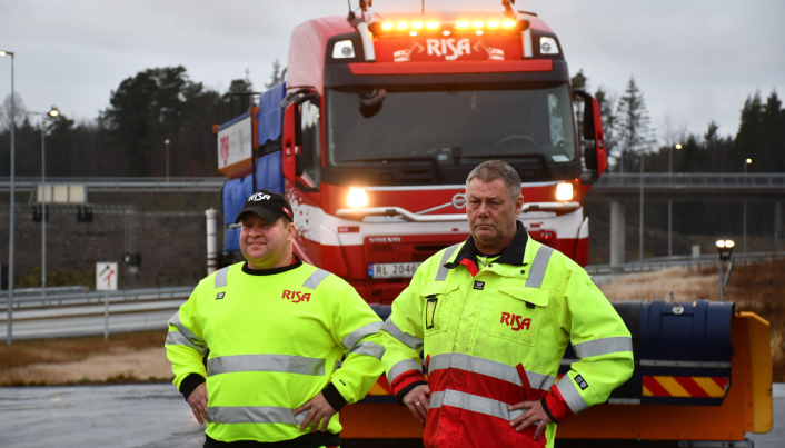 Kjell Tore Andersen og Roger Tangen fra Risa AS er klare til å brøyte og salte for Nye Veier på E18 mellom Arendal og Tvedestrand. For Nye Veier er det sikkerheten og nytten for trafikanten, som bestemmer når og hva som skal saltes og brøytes.