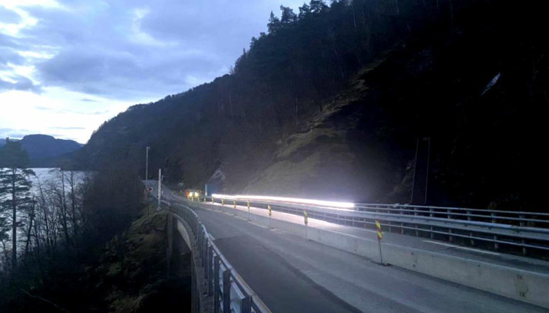 Ledelys skal gjøre det enklere å følge veien når stor vannføring i Svandalsfossen gir dårlig sikt på fylkesvei 520 i Sauda.