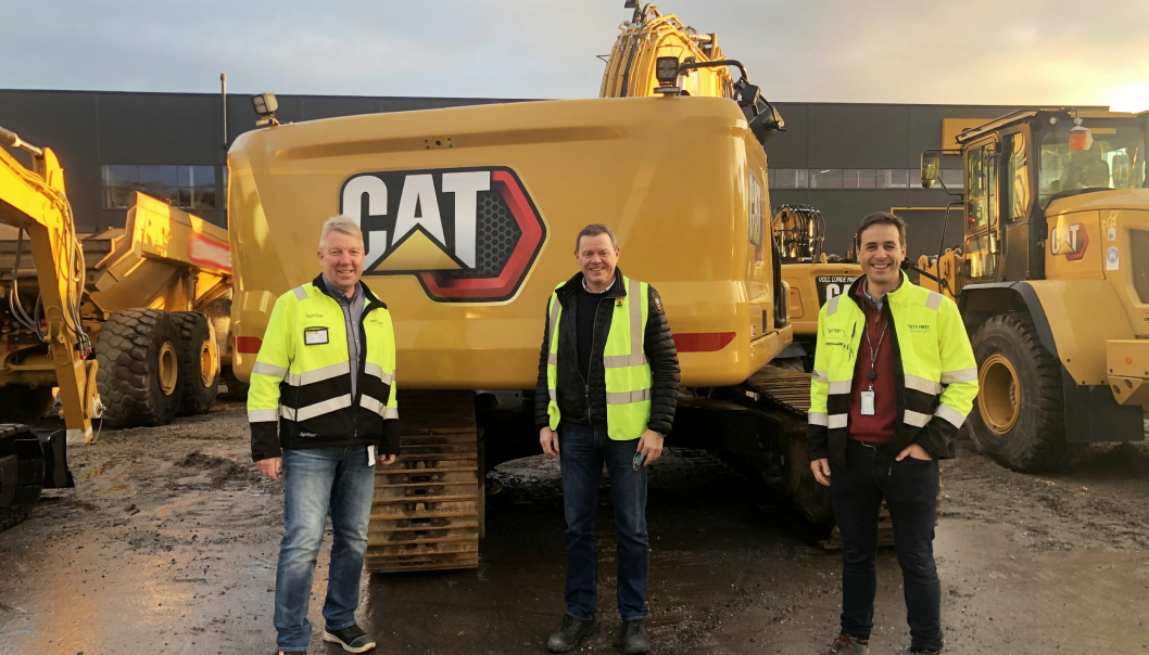 Årets julehanden ble av den store sorten for AF Decom. Her er, fra venstre, Gunder Grimsrud (key account manager i Pon Equipment), Erik Skogheim (maskinsjef i AF Decom) og avtroppende key account i Pon Equipment, Pål Gunnar Brandvold. Foto: Pon Equipment