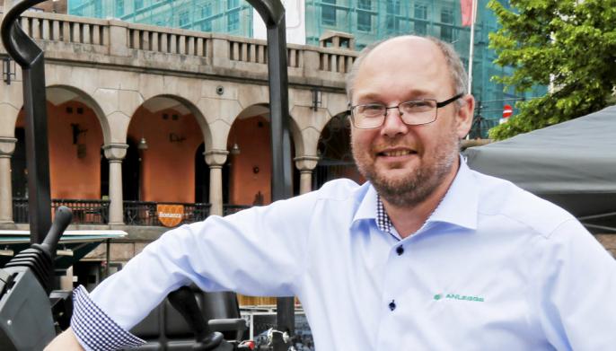 GLEDER SEG: Paul Håkon Endresen i Anleggsgruppen ser frem til å se nærmere på den førerløse feiemaskinen.