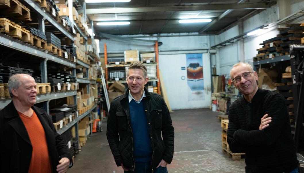 SAMMEN: Fra venstre er Kjell Bernt Fossmark, Helge Alsvik (begge fra QSS) og Erik Ødegård fra Nordic Roads. Snart er de alle samlet under én paraply. Foto: Nordic Roads