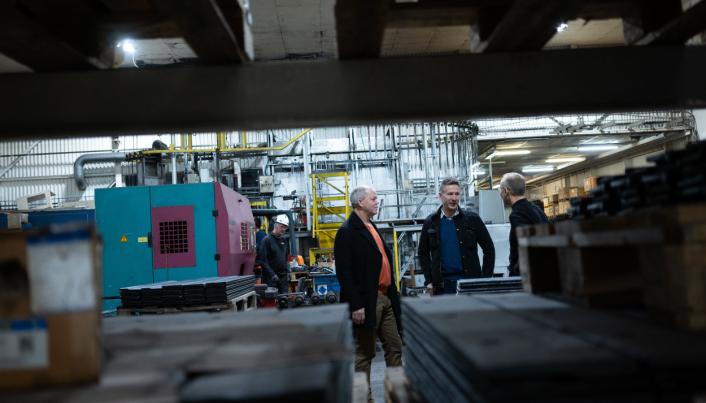 SLITESTÅL: Selskapene produserer slitestål til ulike maskiner i bygg- og anleggsbransjen. Her fra produksjonslokalene til Nordic Roads på Jørpeland. Foto: Nordic Roads