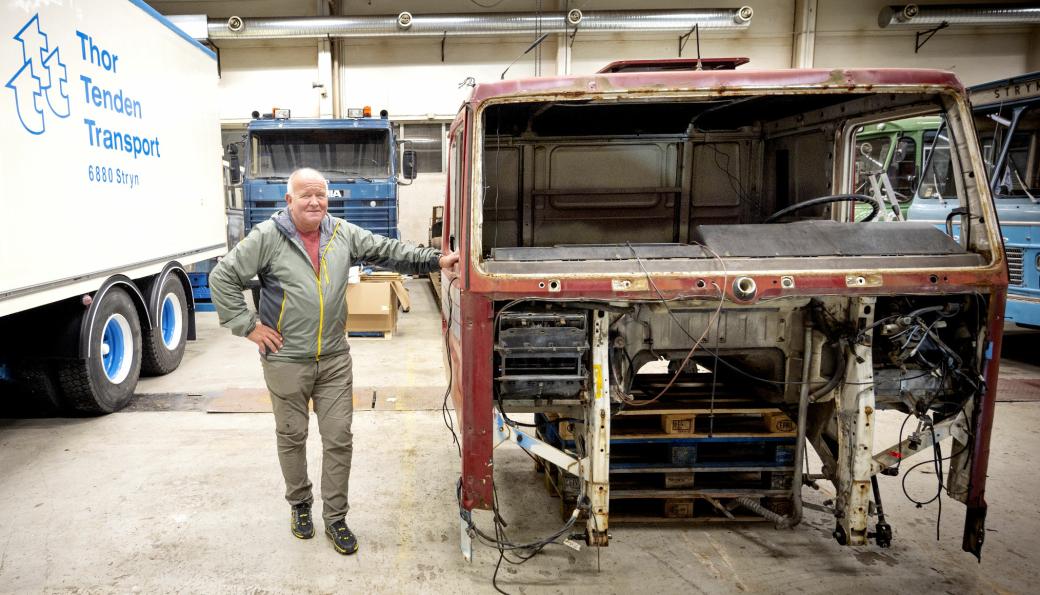 SAMMEN: Hytta som Rolf Olav Tenden lener seg mot, skal plukkes helt ned og brukes sammen med motor og girkasse fra 142H'en som står bak ham. Planen er å ha den «nye» trekkvogna klar til neste års motorfestival i Stryn.