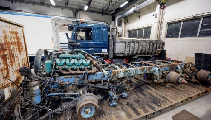EGNE: Både den bilen som står som ramme og Scania 142'en med dumperkasse har vært Rolf Olav Tendens. Nå skal de med hjelp av Stryn Motorhistoriske bygges sammen til ei trekkvogn.