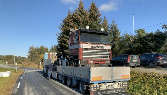<strong></strong>HJEMTUREN: Denne Scania 142H'en ble funnet igjen i Nord-Norge, og måtte kjøres på ei tralle tilbake til Stryn.<strong></strong>