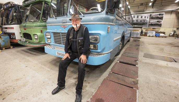 BYGD: Niels Frausing har vært med å bygge to av de tre bussene bak ham.